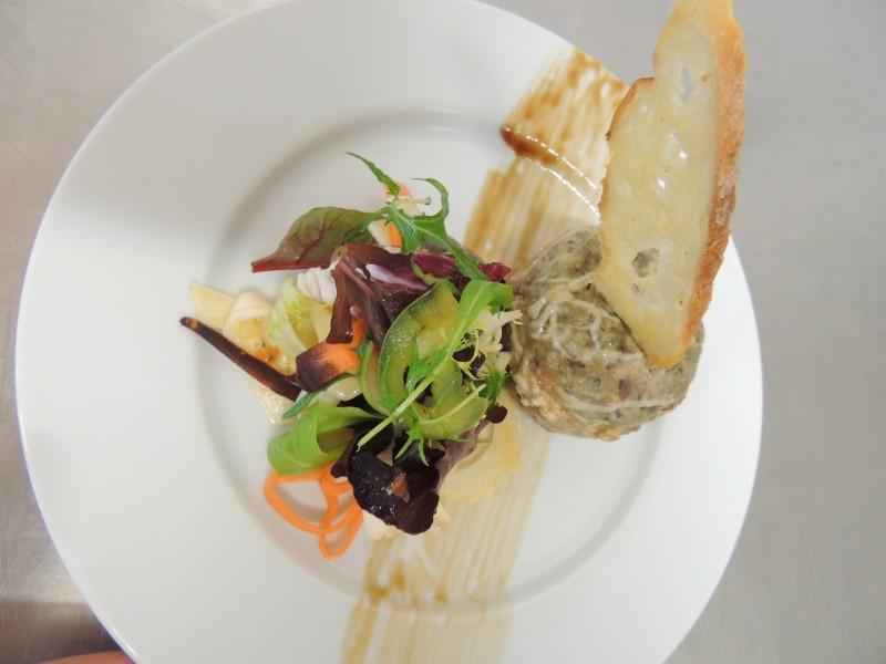 caillette de lapin au romarin, mesclun de légumes marinés